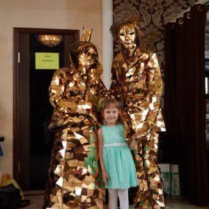 Золотые зеркальные люди